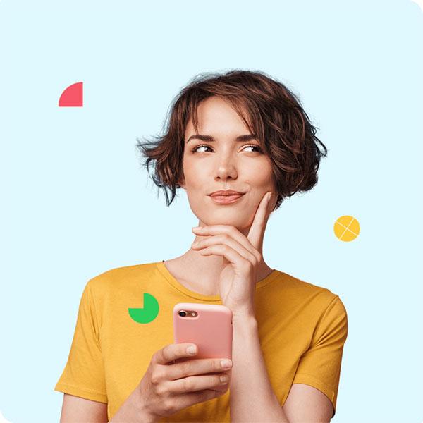 Kobieta z telefonem płaci z Twisto